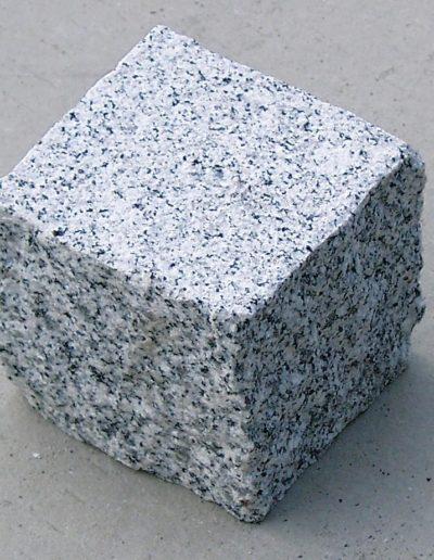 Granit Pflaster hellgrau gestockter Oberfläche